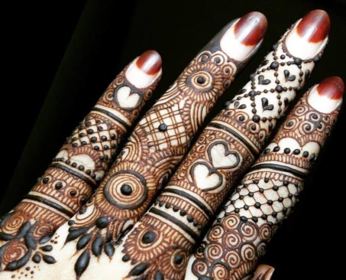 Motif Henna di Jari