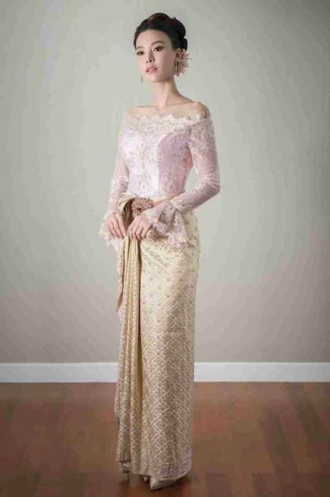 Model Baju Kebaya Leher Sabrina Brokat Simple