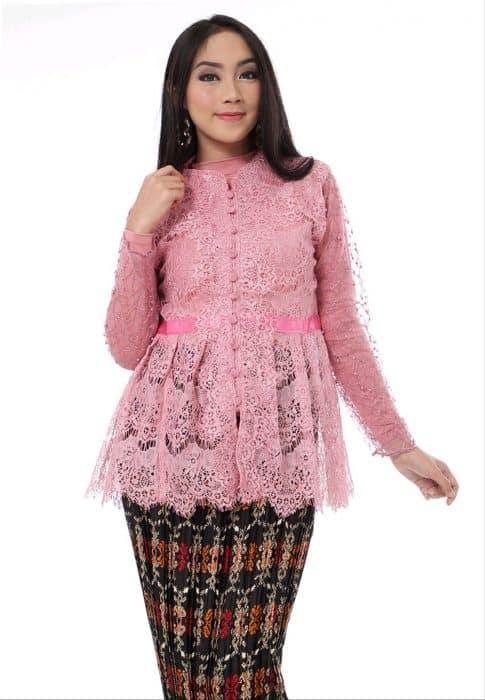 Model Baju Lengan Kelelawar Brokat Merah Muda