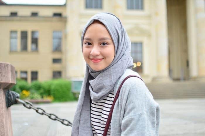 Model Hijab untuk Nongkrong di Cafe