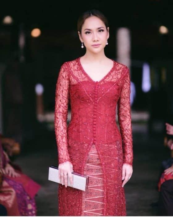 Model Sepasang Kebaya Brokat Kain Merah