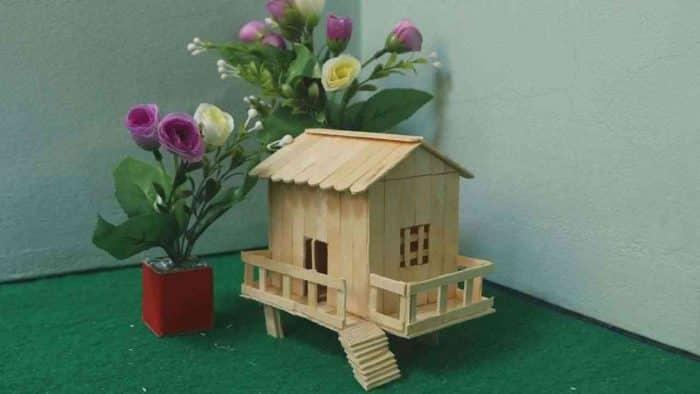 Desain Sederhana Rumah dari Stik Kombinasi Bunga Meja