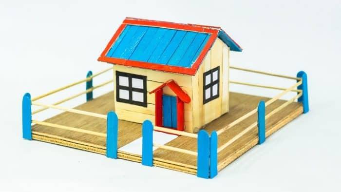 Rumah Stik Dikelilingi Pagar Horizontal