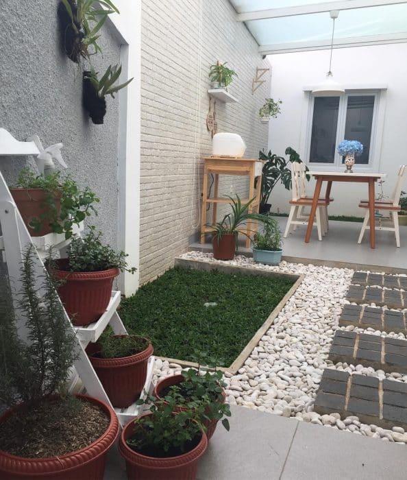 Desain Rumah Belakang dengan Pot Bunga
