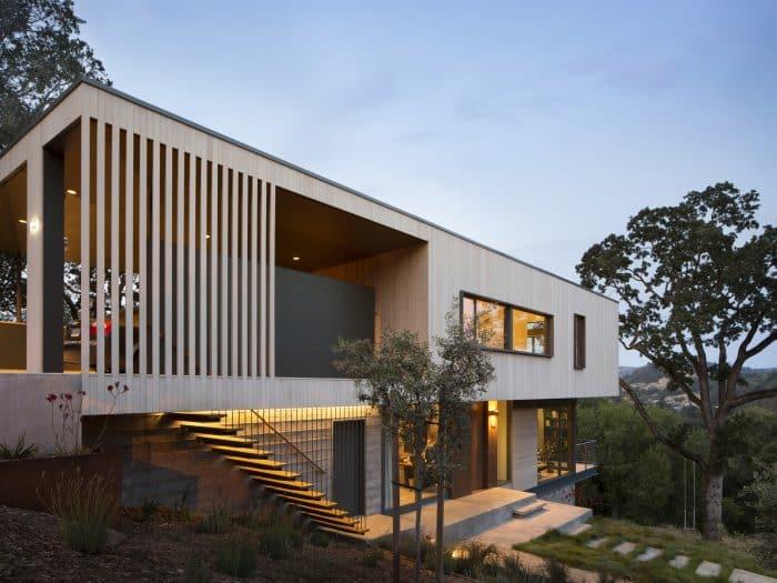 Industrial Concept dengan Tangga Depan Rumah