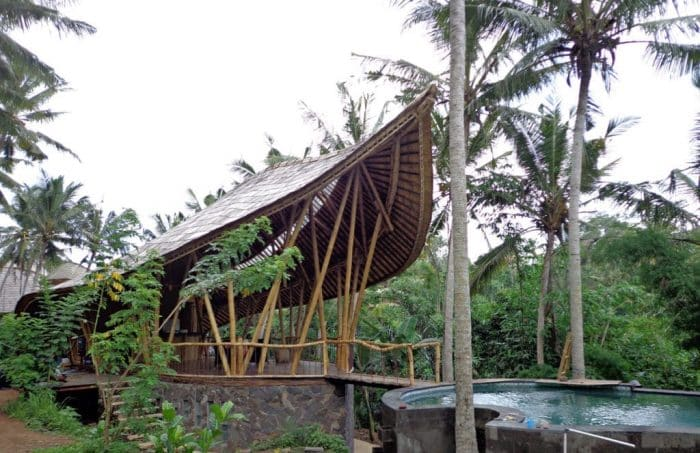 Rumah Bambu Serupa Perahu