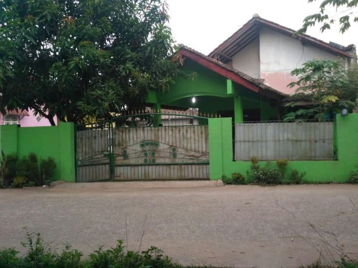 Rumah Desa Dengan Kebun di Depan