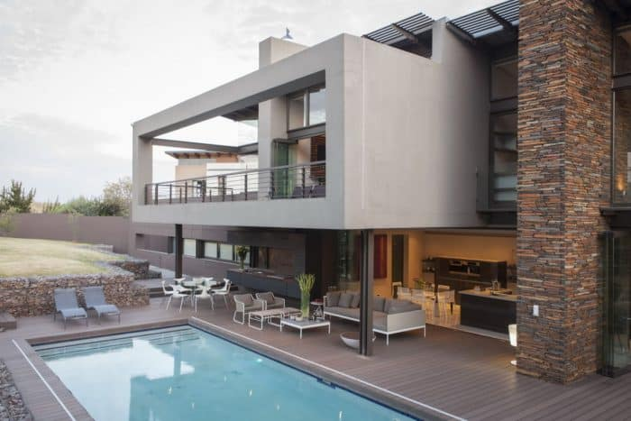 Rumah Industrial dengan Ruang Keluarga Tersambung Kolam Renang
