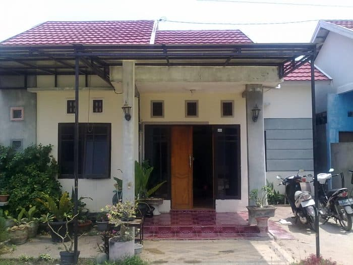 Rumah Simple dengan Garasi Terbuka