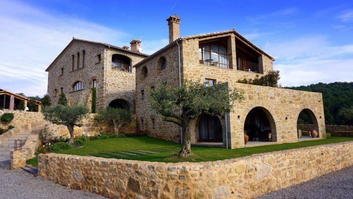 Rumah Unik Berlapis Batu Alam