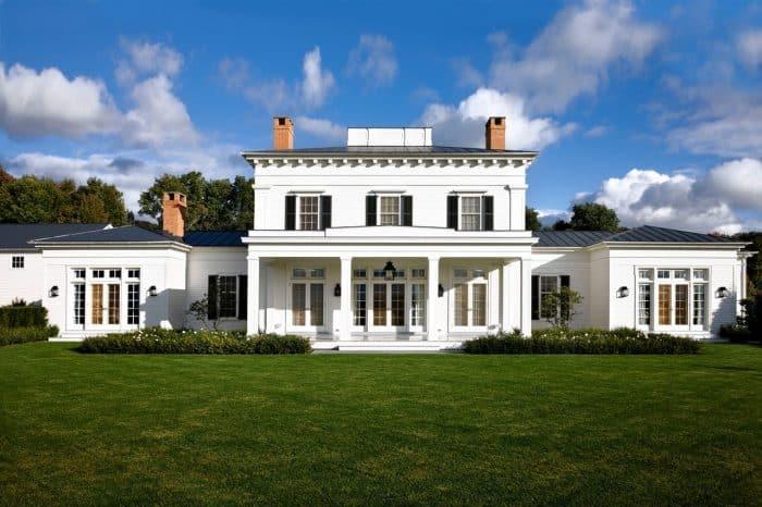 Rumah beton putih dengan tambahan kaca