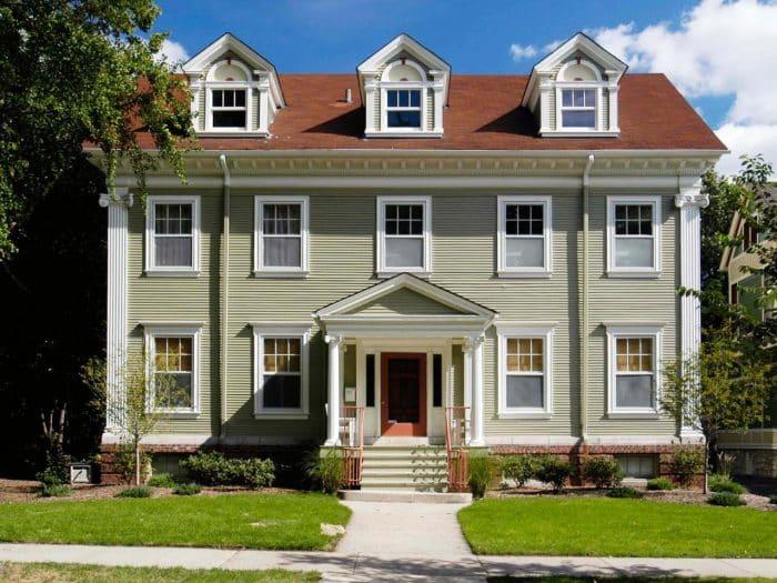Rumah klasik dengan tiga jendela tambahan