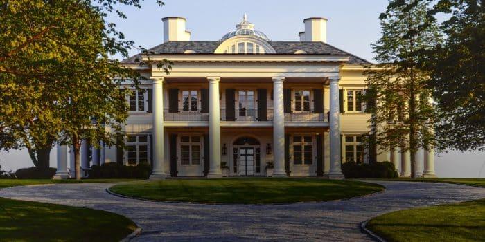 Tipe rumah dengan tambahan tiang White House