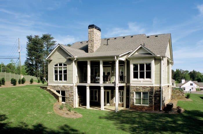 Rumah Bermotif Garis dan Batu Alam