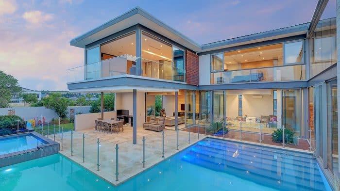 Rumah Kaca dengan Kolam Renang yang Luas