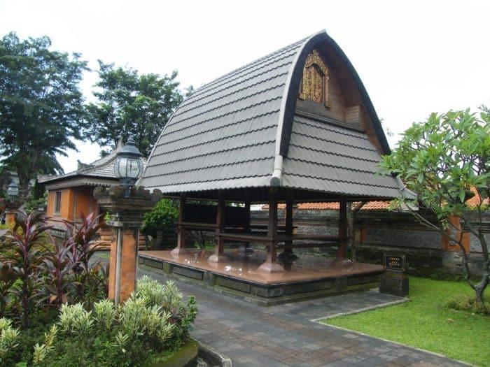 Atap Melengkung pada Jineng atau Klumpu