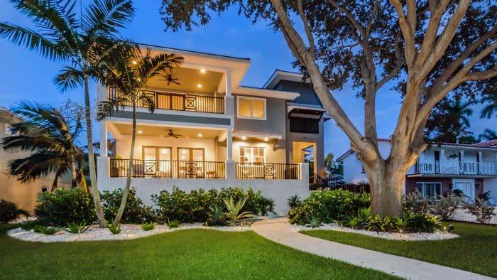 Bangunan Klasik Rumah Dua Lantai dengan Balkon