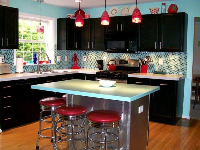 Dapur Hitam Kombinasi Merah Romantis