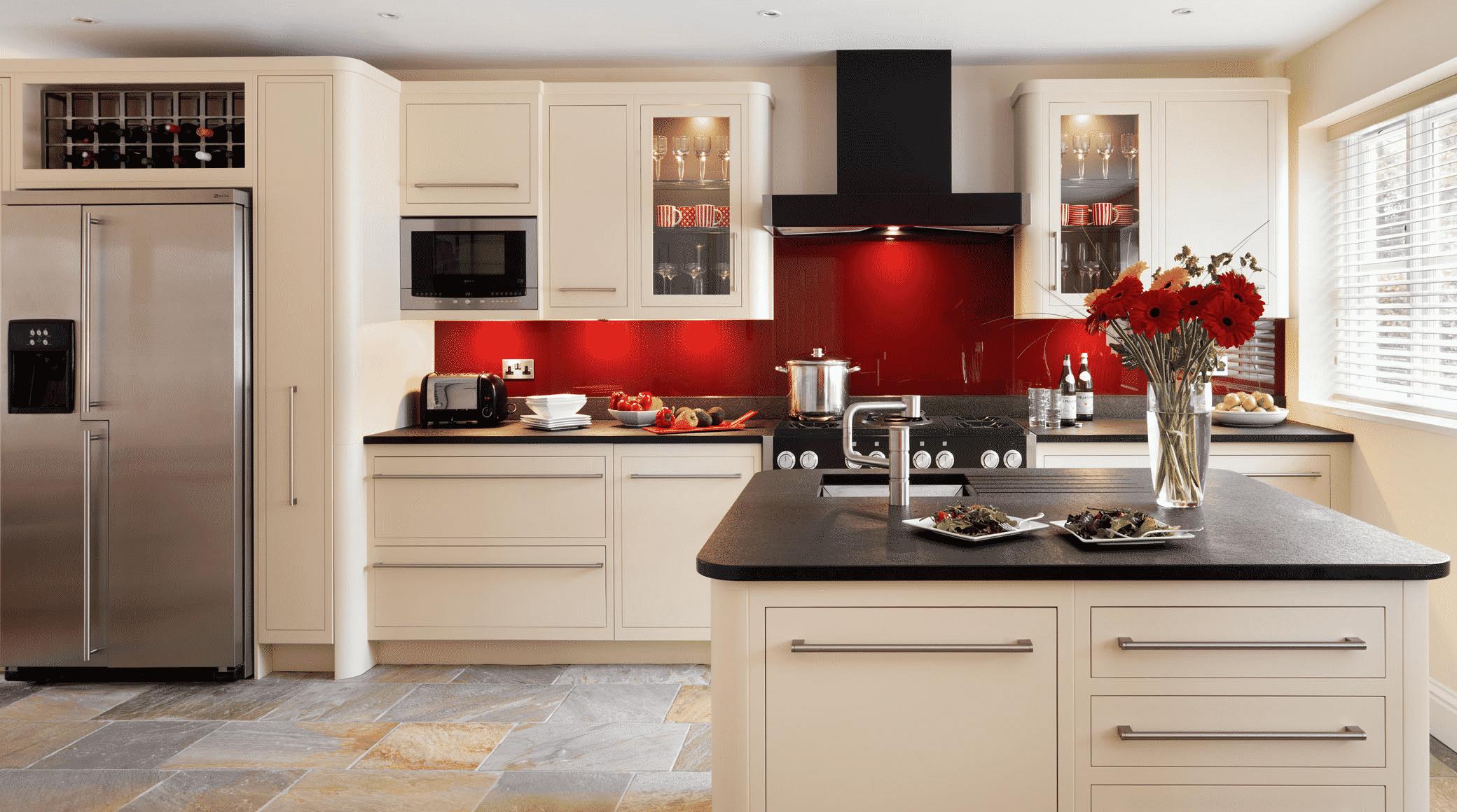 Dapur Hitam Putih Dengan Satu Sisi Dinding Merah Thegorbalsla