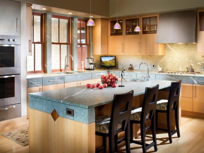 Dapur Kombinasi Marmer Abu dan Kitchen Set Coklat Muda