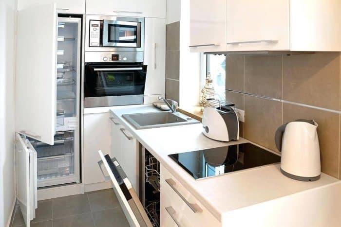 Dapur Putih Bentuk L Serba Modern