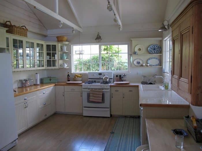Dapur Putih Sederhana Bentuk U