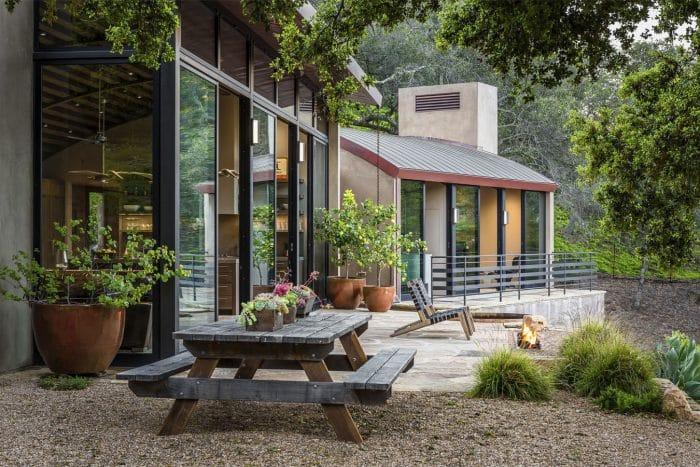 Desain Rumah Kaca Modern dengan Taman