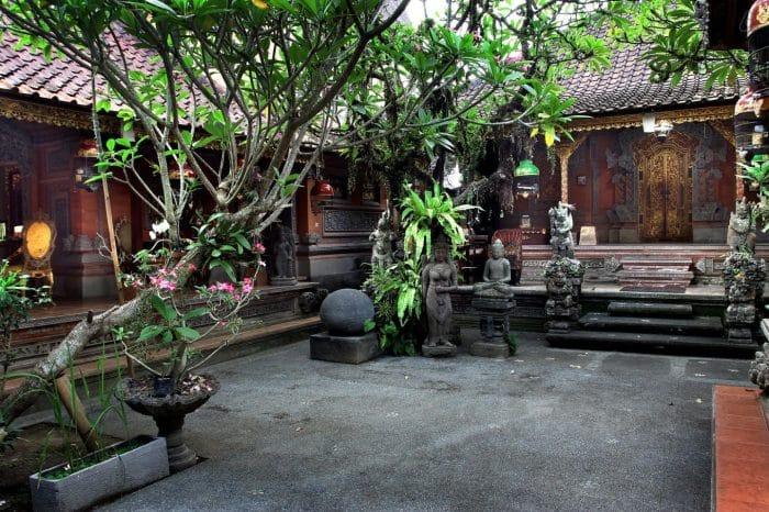 Halaman Masuk Rumah Bali
