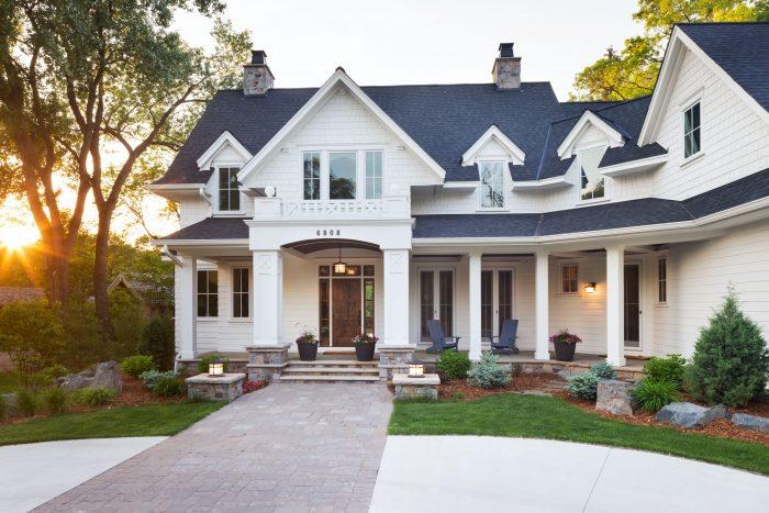 Rumah Atap Hitam Dinding Putih