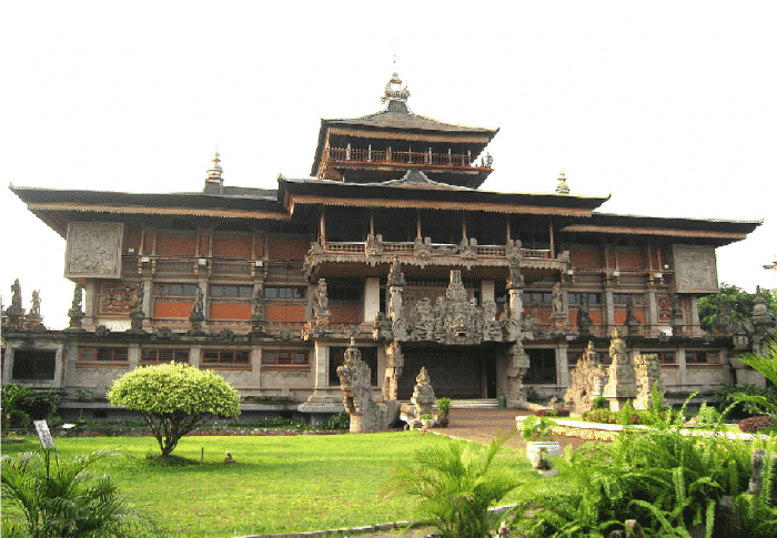Rumah Bali dengan Atap Berlapis