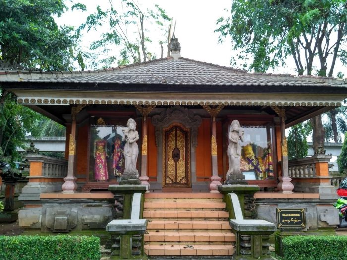 Rumah Bali dengan Patung