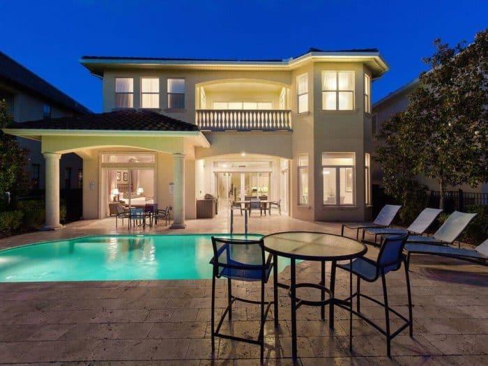 Rumah Dua Lantai yang Mewah