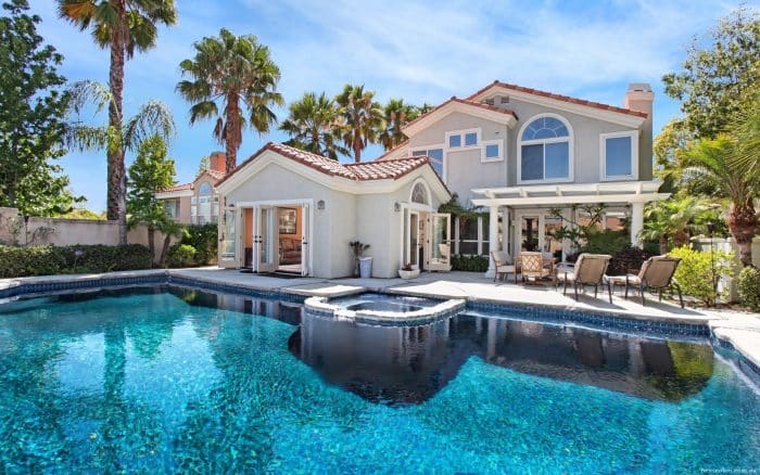 Rumah Klasik Dengan Kolam Renang Luas