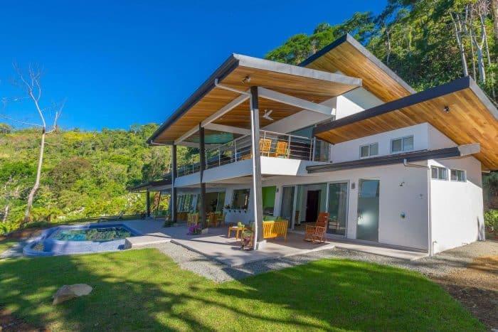 Rumah Mewah Atap Kayu