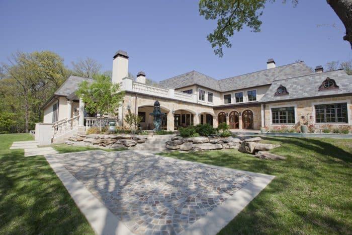 Rumah Mewah Bentuk L dengan Air Mancur