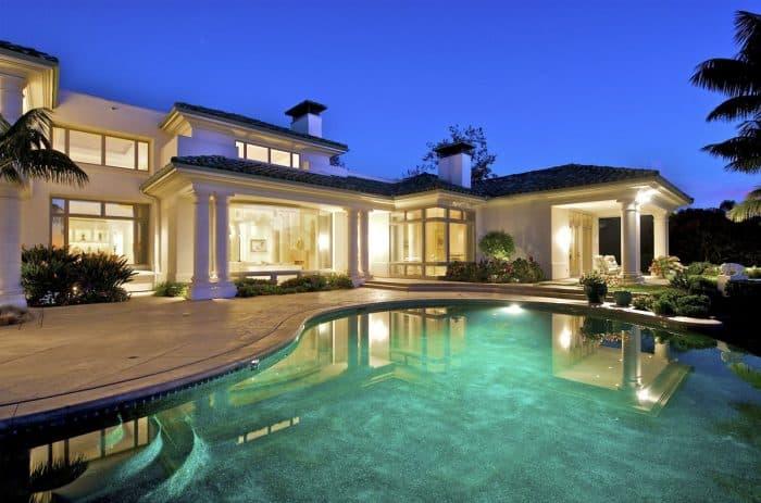 Rumah Mewah Dominan Kaca dan Warna Putih