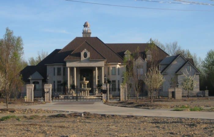 Rumah Mewah Klasik dengan Atap yang Curam
