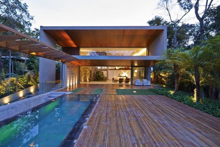 Rumah Mewah Kontemporer Atap Rendah dengan Motif Kayu