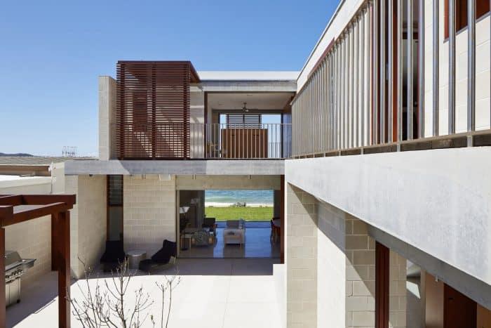 Rumah Mewah Modern Berbentuk L dengan Atap Datar