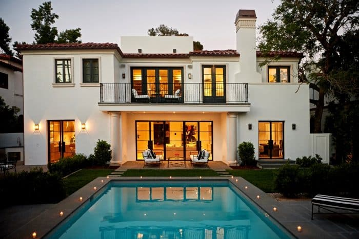 Rumah Mewah Modern Kombinasi Warna Hitam dan Putih
