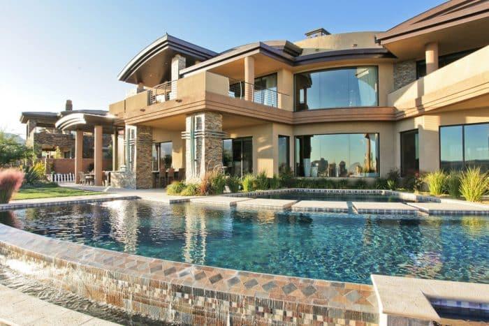 Rumah Mewah Modern dengan Kaca Besar