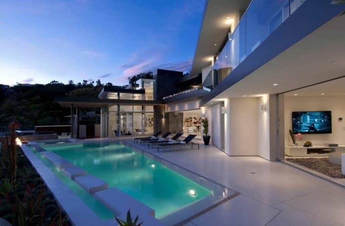 Rumah Mewah Modern dengan Ruang Tamu yang Lebih Menonjol