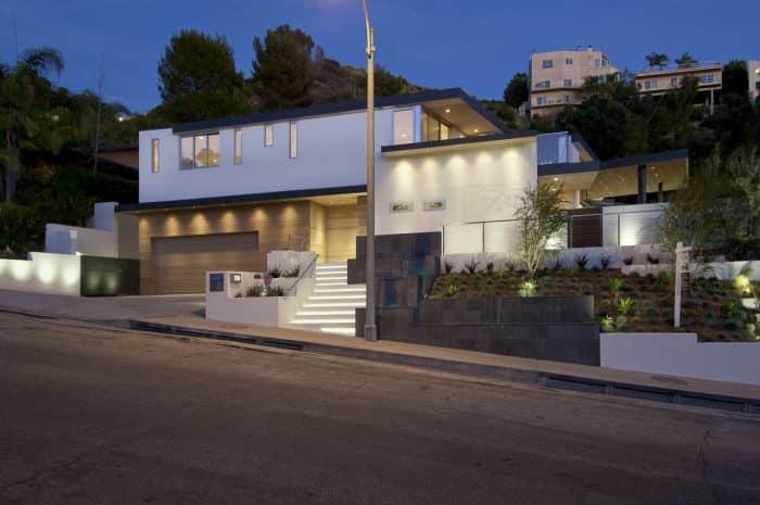Rumah Mewah Modern dengan Taman Berundak