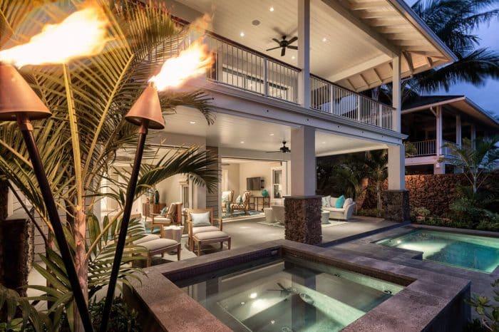 Rumah Mewah Modern dengan Teras dan Balkon yang Luas