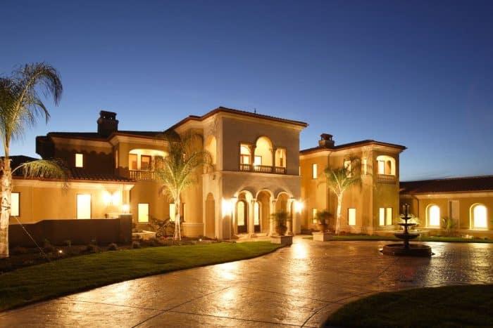 Rumah Mewah dengan Air Mancur