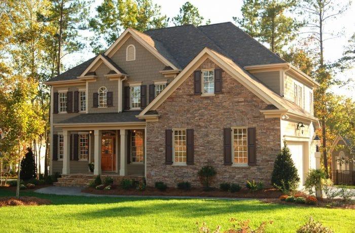 Rumah Mewah dengan Batu Alam di Salah Satu Sisinya