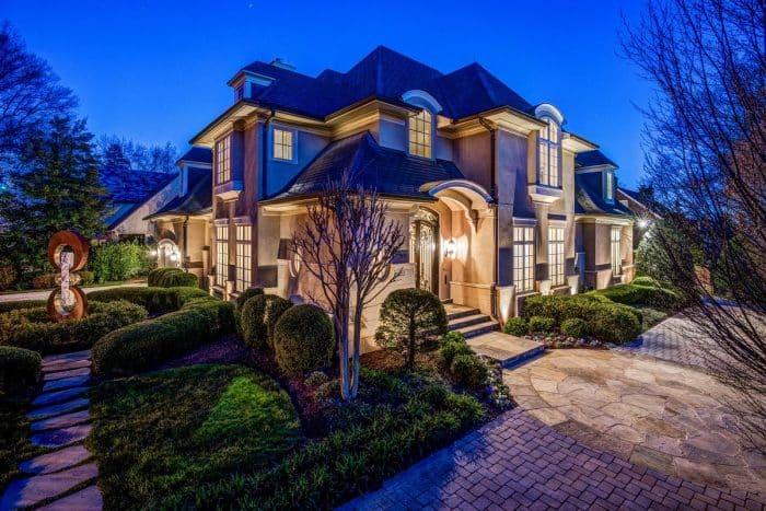 Rumah Mewah dengan Kanopi Pintu Utama Melengkung