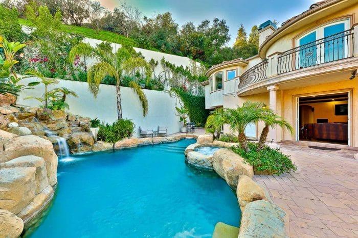 Rumah Mewah dengan Kolam yang Fresh