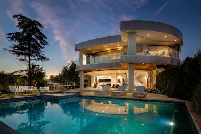 Rumah Modern Berbentuk Lingkaran Tak Sempurna