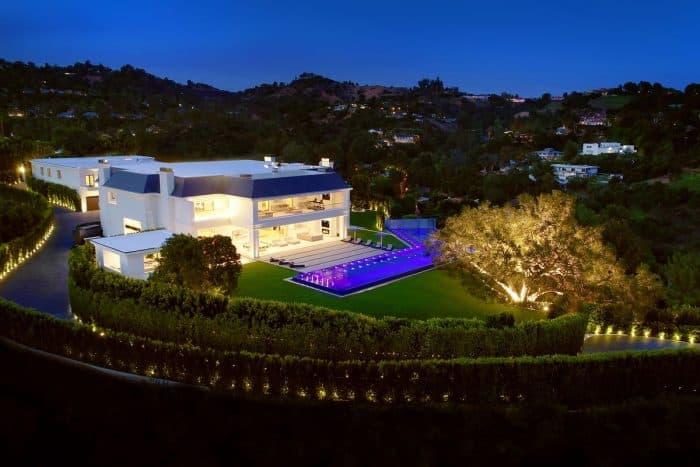 Rumah Modern dengan Sedikit Warna Biru